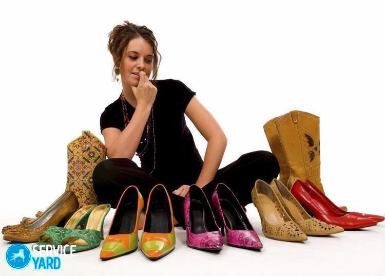 Jeune jolie femme essayant de décider quelles chaussures porter, décisions