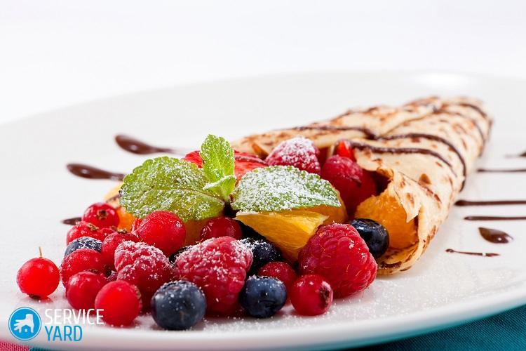 crêpe maison fraîche et délicieuse avec sauce au chocolat, fruits et baies