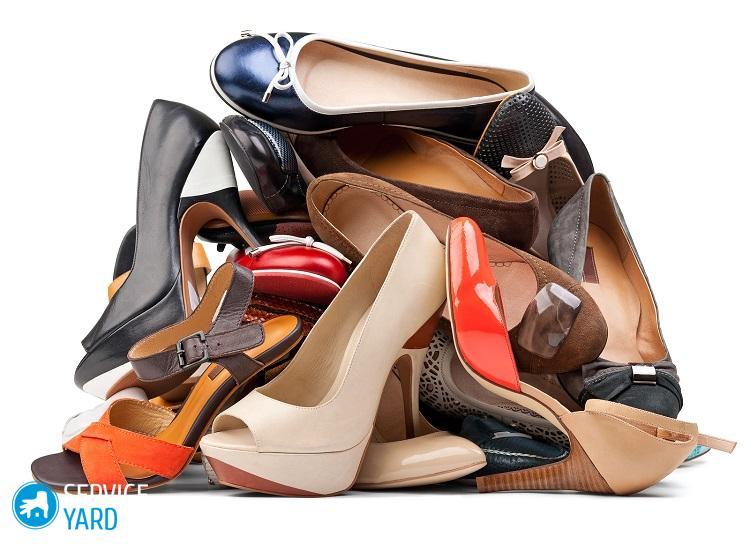 Tas de diverses chaussures femmes isolées sur blanc, avec un tracé de détourage