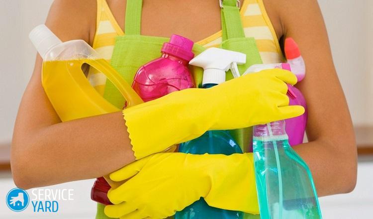 Femme avec des produits de nettoyage